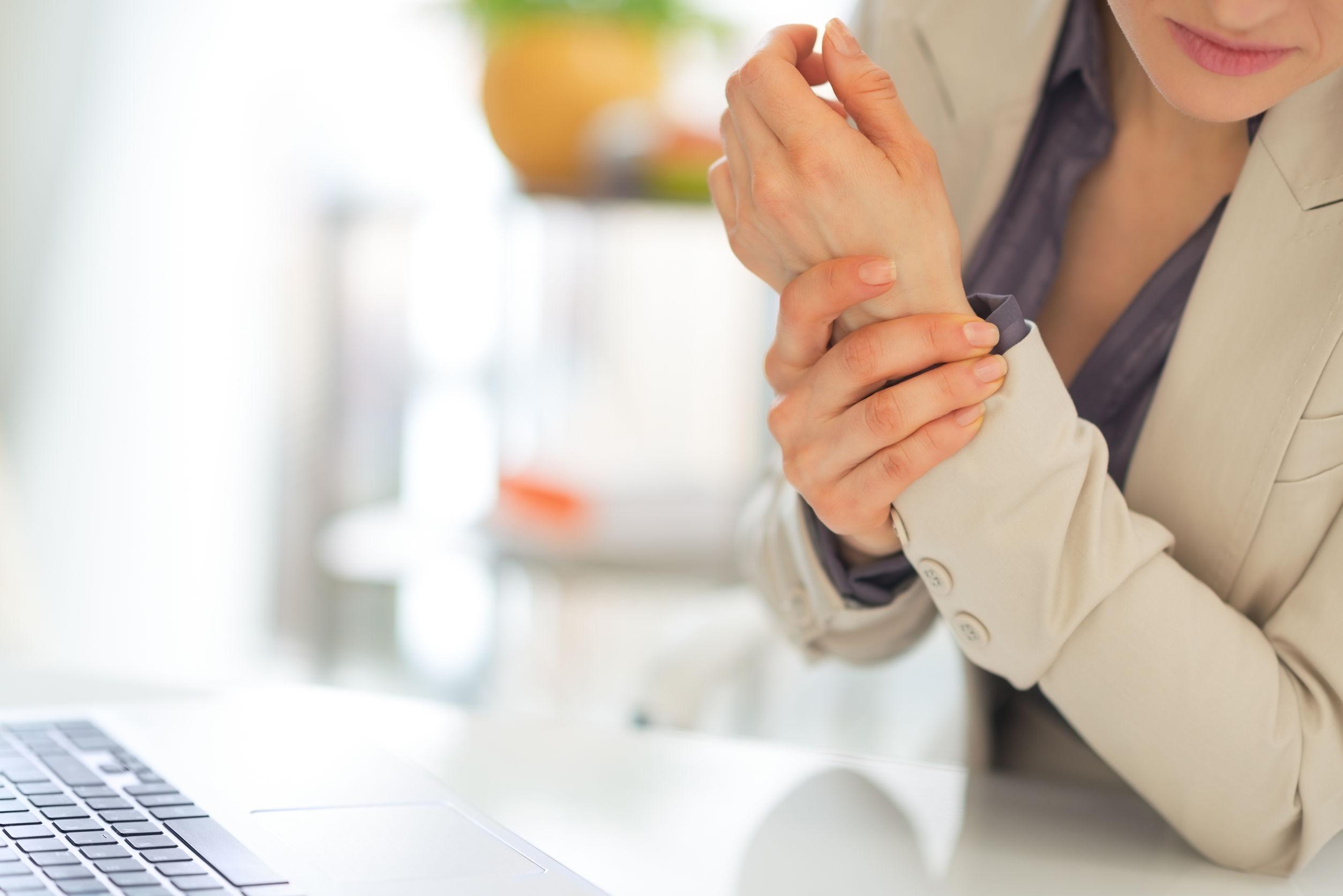 gyűrűs ujj fájdalma hónappal a térd artroplasztika után